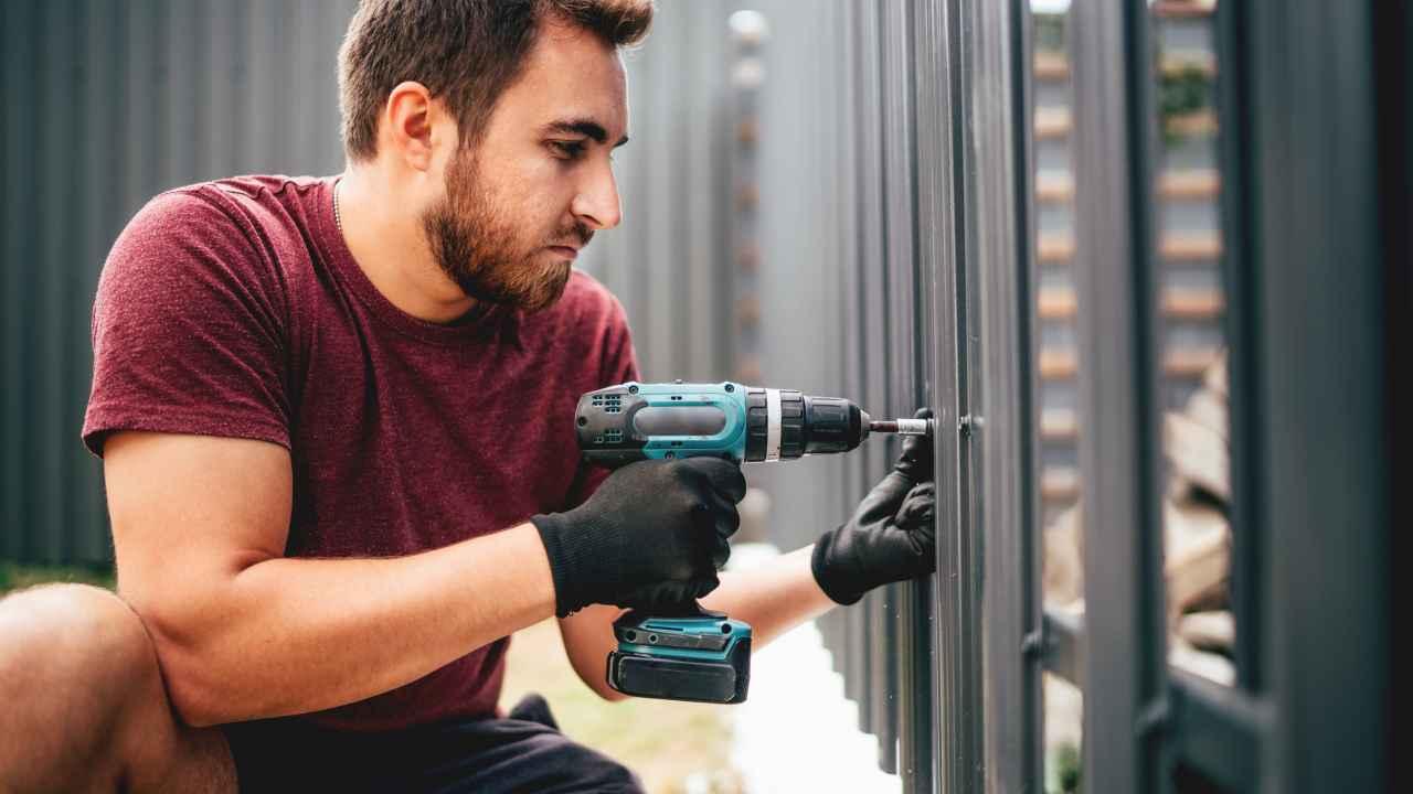 Poser soi-même une clôture métallique : comment s'y prendre ?